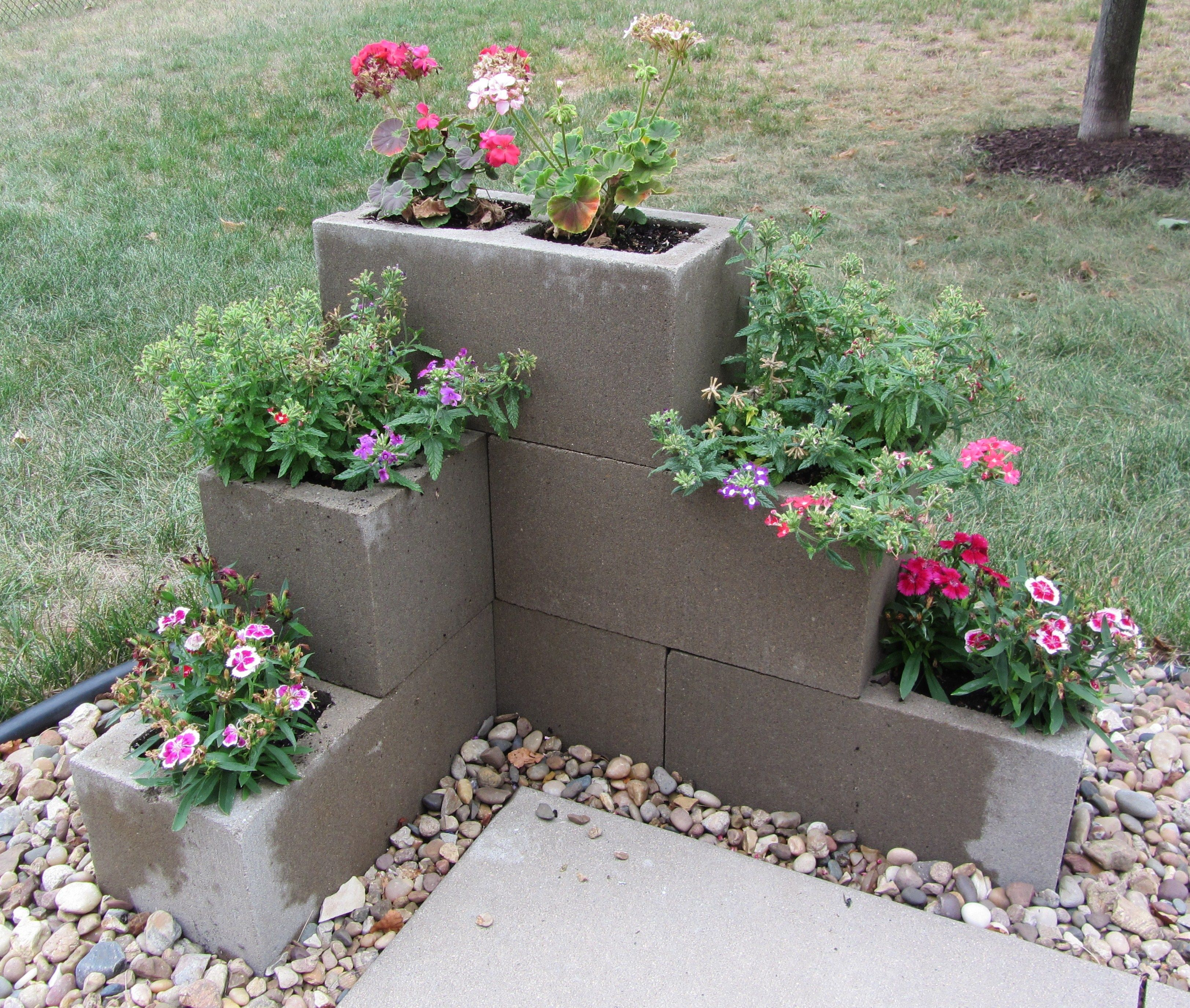 Flower Beds In Front Of House 33 - decoratoo